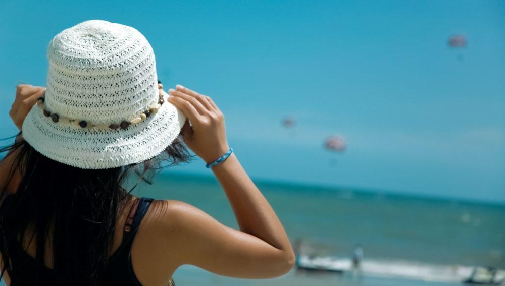 girl wearing white hat on beach